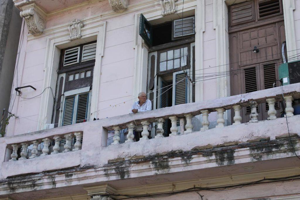 Ο γλυκύτατος ηλικιωμένος Κουβανός στο μπαλκόνι του σπιτιού του