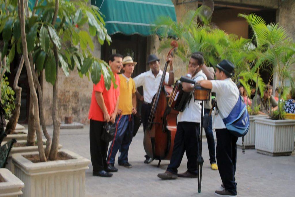 Μουσικοί στους δρόμους της παλιάς Αβάνας