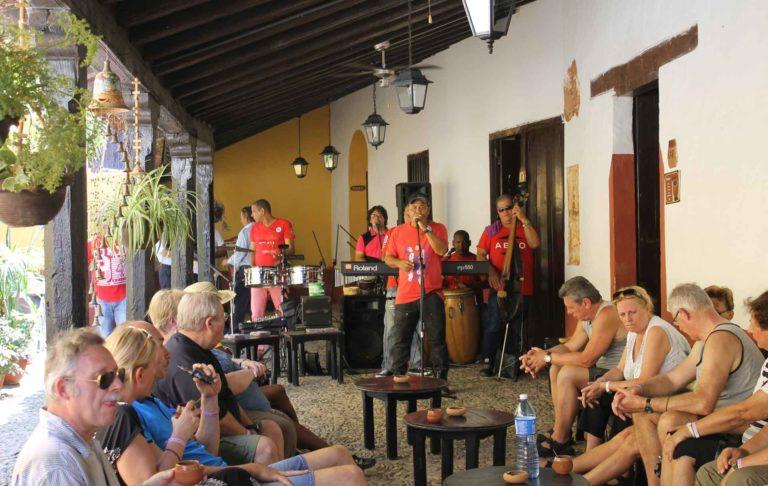 Πίνονταs Rum and Coca-Cola στο Trinidad!