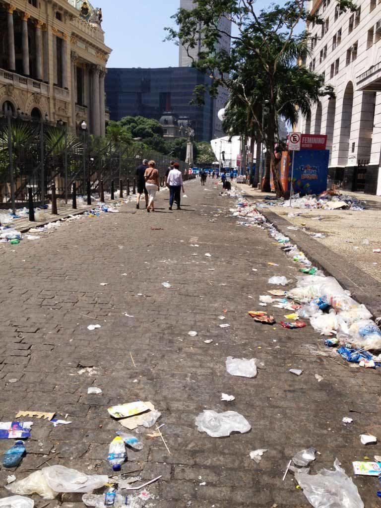 Μην σας κάνει εντύπωση αν το πρωί που θα ξυπνήσετε αντικρίσετε αυτήν την εικόνα. Δυστυχώς κάπως έτσι είναι οι δρόμοι του Ρίο ντε Τζανέιρο σε όλη τη διάρκεια του καρναβαλιού