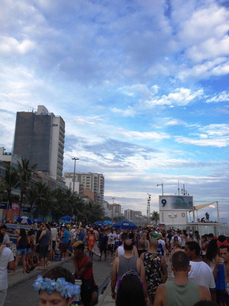 Ο κόσμος αρχίζει να μαζεύεται στο bloco στο Sector 9 της Ipanema beach